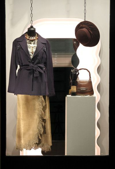 On the left wearing: 1990s Saint Laurent wool sahariana, 1900s cotton top, Ermanno Daelli leather skirt, 1970s golden necklace, 1950s geometric necklace. On the pedestal:1950s pigskin Gucci bamboo bag, 1960s ring, 1970s bracelet, golden brooch, 1970s Trifari earrings, 1980s wool and velvet English hat.