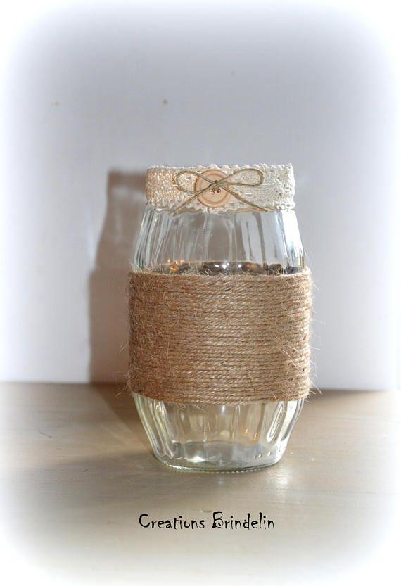 Vase verre upcycling vintage ficelle chanvre dentelle bouton bois   Contenant en verre entouré de ficelle de chanvre pour un aspect naturel et rustique, une bande de dentelle et un bouton en bois avec un petit nœud en ficelle de lin agrémente le haut du vase.  Création unique /