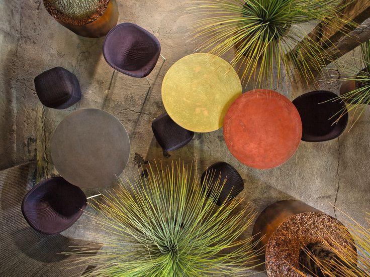 Materiali naturali lavorati a mano per la collezione di tavoli e tavolini