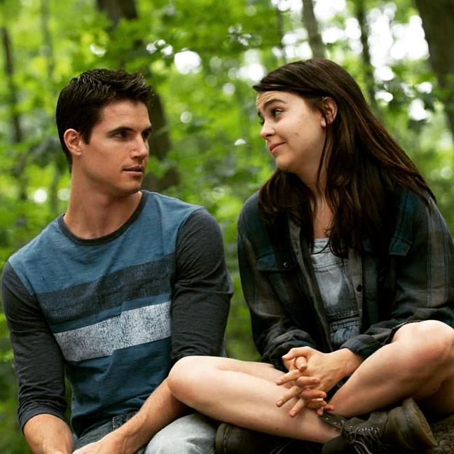 THE DUFF was a refreshing break from all the shoot-em-up, laser-zapping, blade-slashing flicks I've been seeing lately. If you want me to just be straight forward about it, it was a cute and charming feel-good comedy. There, I said it. You think I only like movies with guys wearing capes and flying, or dudes using Kung-Fu on killer robots? Wrong. Mae Whitman (the daughter from Hope Floats AND Independence Day, as well as Evil Ex #4 from Scott Pilgrim VS The World) was great and probably one…