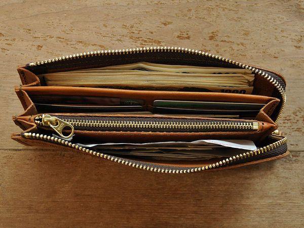 年収とお財布には、ある共通点があります。お金持ちは長財布を使っている!とよく言われますが、実際は二つ折りだやマネークリップ、そもそもお財布を持たないなんて人もいます。形や値段ではない共通点とはいかに?