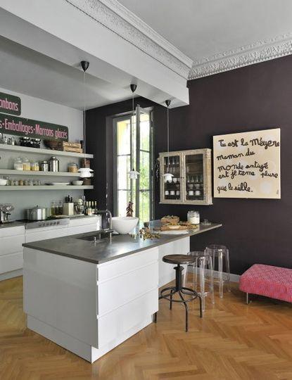 Des tabourets chinés et design - Une maison de famille comme un cocon - CôtéMaison.fr
