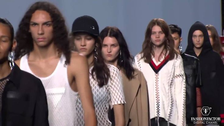 Alexander Wang Took the Spring Summer 2016 collection out of his street roots. Wang´s created the perfect pieces that a down towns cool girl wants to wear.