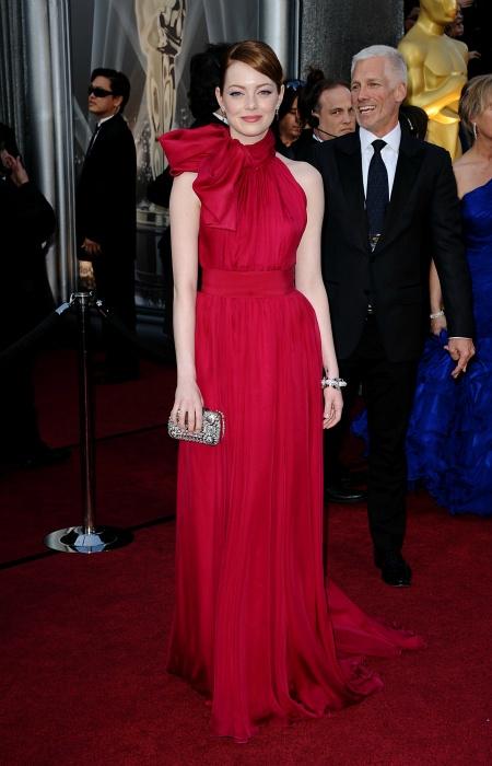 Oscar 2012. Emma Stone de rojo y sofisticada. Alta Costura de... Giambatista Valli    Los Oscar en Trendencias.com