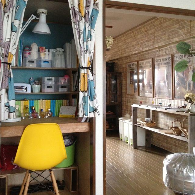 押入れの扉を外して、大好きなブルーの壁紙を。いらないベニヤ板で作った棚を積み上げてます。中の収納ボックスや漫画本のカバーは100均。お気に入りスペースです♡