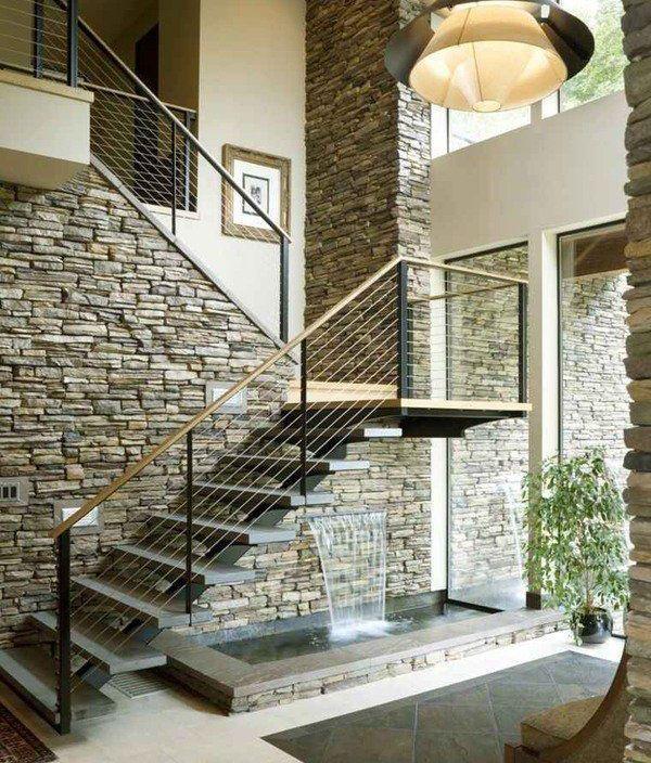 Escaleras Modernas Para Interiores Con Muro De Piedra Natural En 2020 Escaleras Modernas Escaleras Para Casas Pequenas Imagenes De Casas Modernas