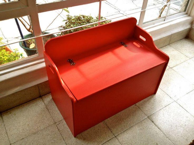 Mesa-juguetero-cantina rojo bombero. Este mueble fue construido entre mediados y finales de 1800. Es mexicano. Lo hemos intervenido reparando sus bisagras, lijándolo y dotándolo de un color que puede combinar muy bien con diversos estilos de decoración.