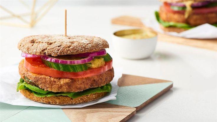Zobacz, jak przygotować burgera bez mięsa! Z cieciorki, z dipem słodko-kwaśnym z ananasa! Przepis znajdziesz w Kuchni Lidla.