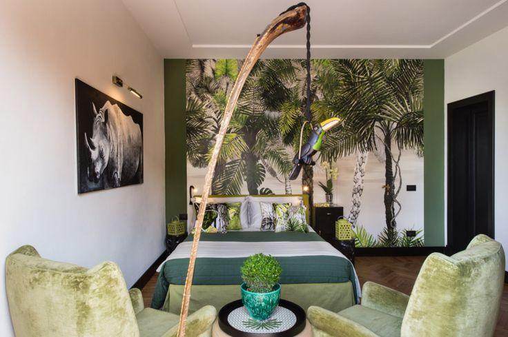 La freschezza di un giardino tropicale per questa camera luxury di 28 metri quadri con balcone, zona relax, scrivania e bagno ensuite con doccia a pioggia.