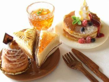 クリームたっぷりのパンケーキに洋ナシのタルト。 チーズケーキにモンブラン。 cafeメニューもとってもおいしそうです。