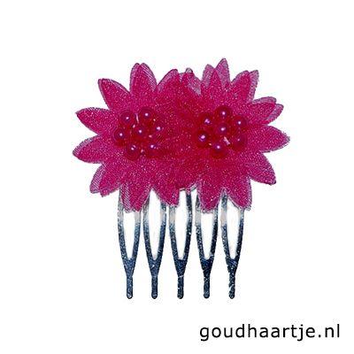 Haarkammetje met kleine organza bloemen in de vrolijke kleur fuchsia. In het midden van de bloemen zitten kleine (nep) pareltjes. Alleen de bloem is zichtbaar in het opgestoken haar, dit geeft een mooi effect!