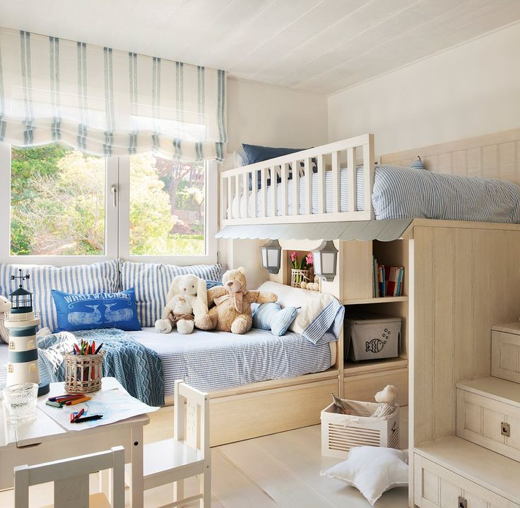 Dormitorio infantil. Litera con casita y escalera, de Knowhaus. Peluches de Coton et Bois. Estor de La Maison.