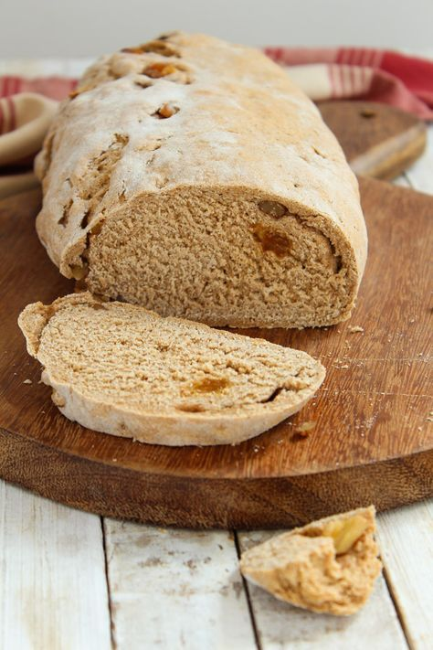 Receita de pão de centeio com nozes e passas, e um toque sutíl de canela e melado para deixar a massa ainda mais saborosa.