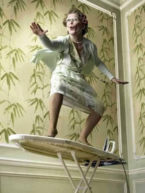 Retro huisvrouw - surfend op strijkplank