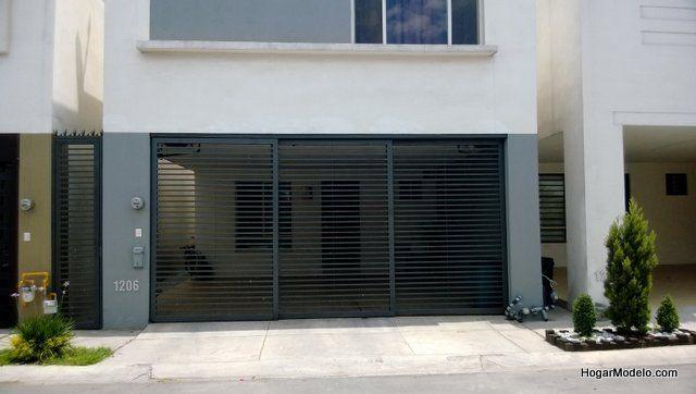 Puerta minimalistade cochera con barrotes horizontales delgados