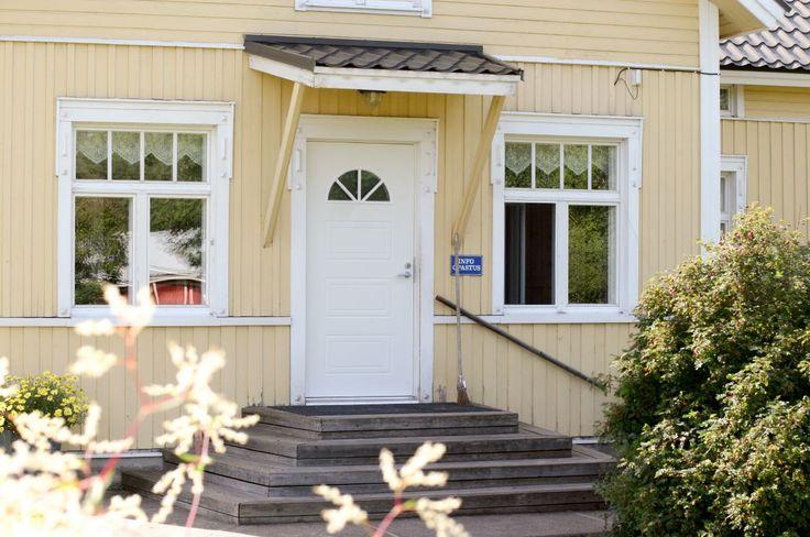 Kaskipuun UOL3 thermo ulko-ovessa kauniit koristeuritukset sekä puoliympyrän muotoinen ikkuna oven yläosassa, jossa on ristikko. Tyylikäs ja itse räätälöitävä mittatilausovi ja muut ovet edullisesti nettirautakaupasta!