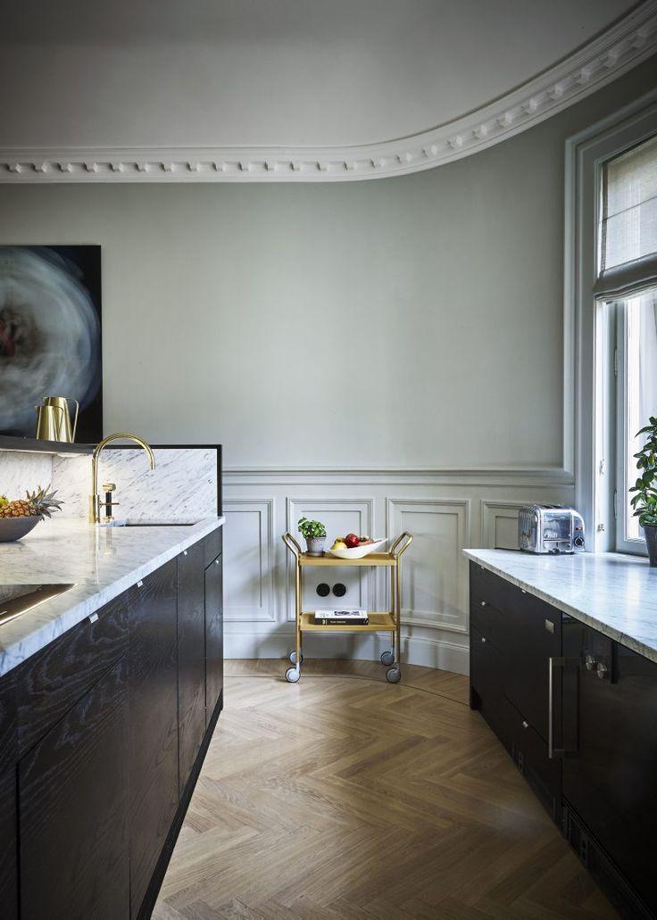 Köket vänder liksom ryggen mot matsalen och är platsbyggt i wenge och marmor. Blandare Vola. Tevagn från NK.