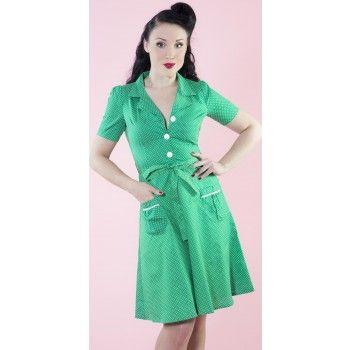 Heerlijk luchtige jurk met korte mouwen, een blouse-kraagje en decoratieve knoopjes. In groen met witte polkadotprint. Het jurkje heeft twee steekzakjes en een ceintuur in dezelfde stof. Ritssluiting in de zij