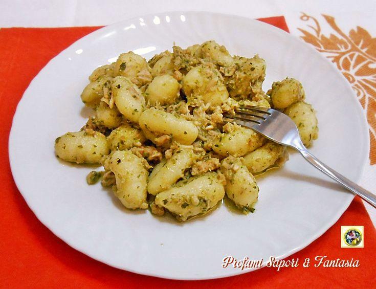 Gli gnocchi di patate al pesto e tonno è una ricetta facile e veloce da preparare. appartiene alla categoria di ricette gustose per quando si ha poco tempo.