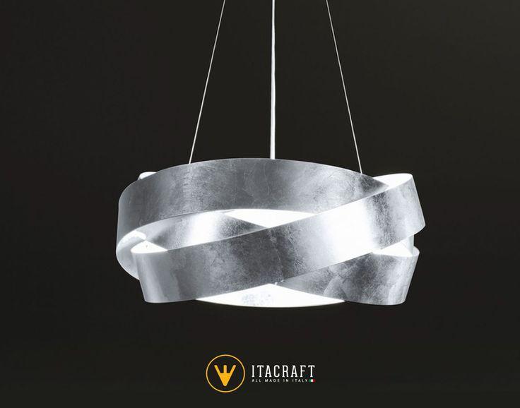 Lampada a sospensione a forma di orbita composta da sei luci argento Ø 60. La lampada è realizzata in ferro e decorata a mano foglia argento.