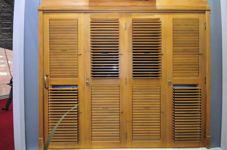 Porta pantográfica de madeira com veneziana móvel - Portalmad Portas e Janelas - Esquadrias de madeira de alto padrão  -  portalmad.com.br