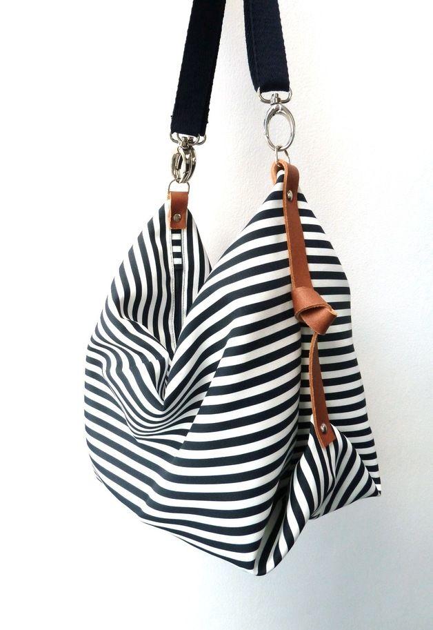 El bolso Messenger Marina es un bolso de tamaño grande, donde podrás llevar de todo. Confeccionado en loneta de rayas azul marino y blancas con detalles laterales en piel marrón, que le dan una...
