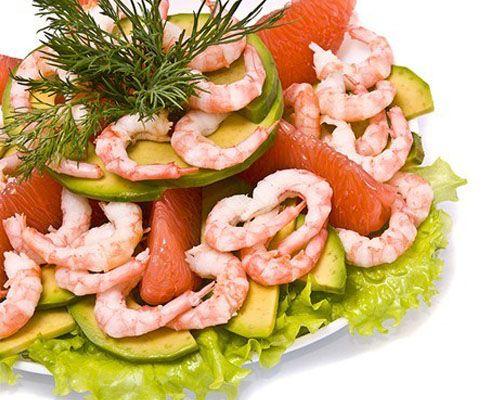 САЛАТ ИЗ КРЕВЕТОК С ГРЕЙПФРУТОМ Ингредиенты: 1 грейпфрут, 1 авокадо, 500 г креветок, 200 г любых салатных листьев, по 1 ч. л. соевого соуса, оливкового масла, дижонской горчицы, меда, соль по вкусу.  Приготовление: креветки отварите в соленой воде и очистите от панцирей. Грейпфрут и авокадо очистите от кожуры и нарежьте дольками. Для соуса соедините оливковое масло, соевый соус, горчицу и мед.