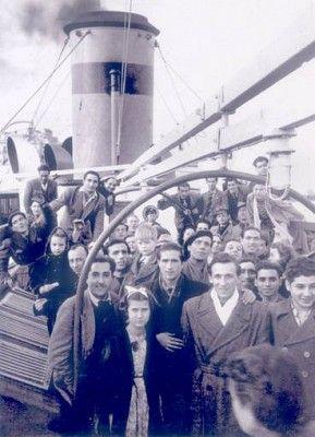 """Grupo de repatriados españoles en la cubierta del buque """"Vicente Buchol"""":"""