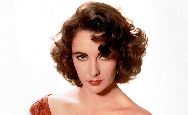 Najdłużej świecąca gwiazda Hollywood, ikona mody i pierwsza prawdziwa celebrytka. Naturalnie piękna, obdarzona prześlicznymi fioletowymi lub też fiołkowymi oczami, ocienionymi podwójnym rzędem rzęs. I jeszcze na dodatek utalentowana aktorka, pomimo braku profesjonalnego wykształcenia. Życie prywatne Elizabeth Taylor (1932-2011) i liczne małżeństwa rozpalały światowe media przez kilka dziesięcioleci.