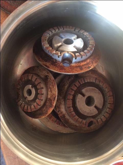 Come pulire i fornelli in alluminio Mettete i fornelli in una pentola, copriteli con l'aceto e metteteli a scaldare finché non bolle. Dopodiché spegnete il fuoco e lasciateli così finché non s'intiepidisce. Prendete una retina e strofinate un po', ma vi assicuro che basta davvero poco, per farli ridiventare lucidi come appena comprati.