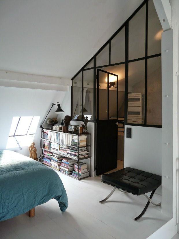 Muren van industriële ramen. Een muur van ramen met stalen kozijnen maken een prachtig lijnenspel en geven karakter aan je huis. Industrieel met openheid.