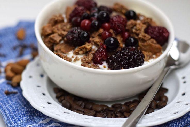 Auf ein Müsli willst du auch bei einer Low Carb Ernährung nicht verzichten? Dann haben wir heute etwas für dich: Ein gesundes Low Carb Gewürz Müsli. Denn, wenn wir mal ehrlich sind, es ist schon um einiges praktischer in der Früh einfach 5 Zutaten in eine Schüssel zu geben und zu frühstücken anstatt erst ein