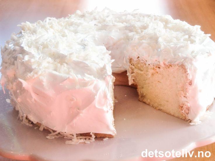 """Her har du en amerikansk superklassiker! """"Angel Food Cake"""" lages med mange eggehviter og blir hvit i fargen og vidunderlig myk i konsistensen. Dessuten er den tilnærmet fettfri for de som måtte være opptatt av slikt. På sommeren er dette en lett og fin kake som er kjempegod med et lite, enkelt melisdryss og rørte bær. Selv foretrekker jeg englekaken min hakket mer syndig;-) så jeg dekker den med kritthvit, fluffy marengskrem... Mmm, vær forberedt på å måtte skrape bollen og slikke fingre…"""