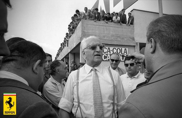 8.Dünya ekonomisinin gelişimi ve maddi sorunlarla bir türlü başa çıkamayan Ferrari şirketi çareyi hisselerinin bir bölümünü Fiat'a satmakta buldu. 18 milyon dolarlık Ford'un yaptığı teklif başta cazip gelse de Ford'un Ferrari'nin yarış takımına karışacağı fikri Enzoya geri adım attırır ve Ford'a satmaktan vazgeçer. 1969 yılında oldukça güç durumda kalan Enzo Ferrari şirketin hisselerin yarısını Fiat'a vererek, yönetimden bir adım geri çekildi. 1988 yılında da Fiat hisselerin %90'ına sahip…