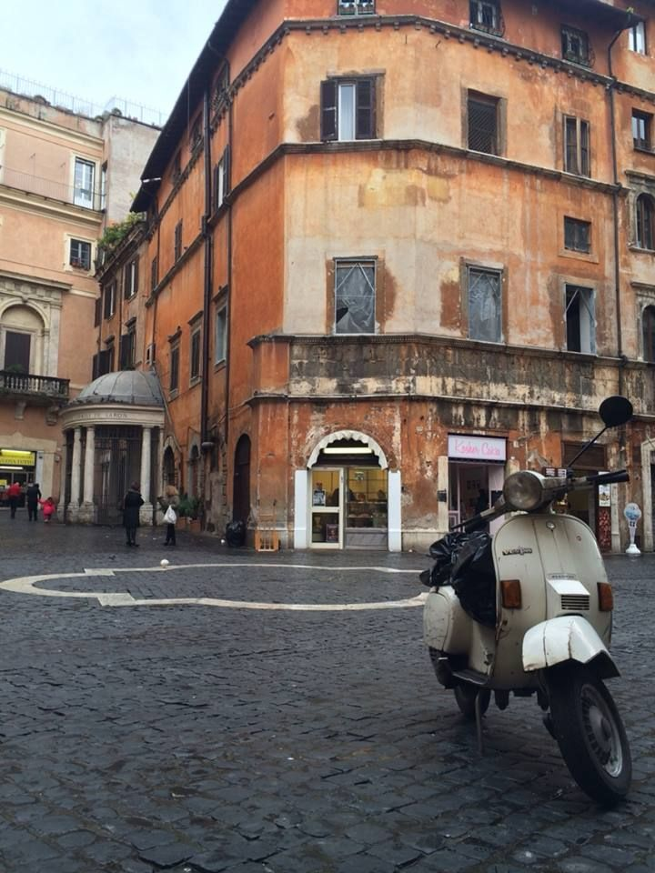 #Street #RomanJewishGhetto Early morning walk in one of the area of Rome where history and past are particularly perceivable ...