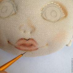 Год назад решила попробовать себя в создании текстильных куколок. Начальные навыки шитья и любовь к творчеству были привиты моей мамочкой, а остальному мне предстояло найчиться. В интернете можно было найти очень много подробных мастер-классов по созданию чудесных девочек. Для того, чтобы набить руку, рисовала сначала в карандаше на бумаге, затем уже на ткани. Но...…
