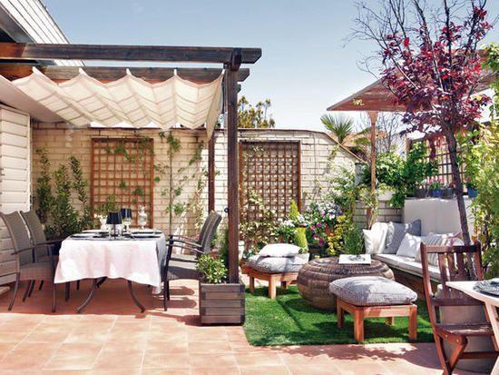 Terraza con una decoracion variada que incluye cesped artificial: