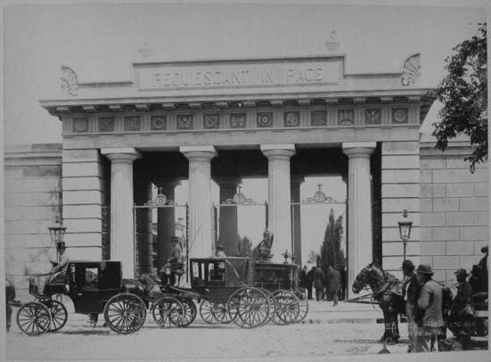 R- Foto antigua de la entrada del Cementerio de la Recoleta en Buenos Aires,Argentina.