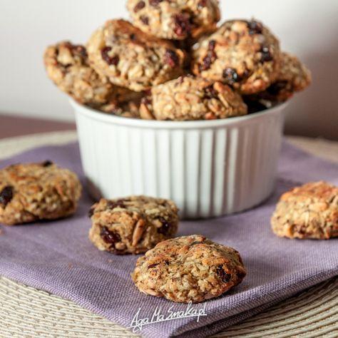 Dziś ciasteczka wspaniałe, bo mega proste w przygotowaniu (no dobra, a co na tym blogu nie jest proste?), a przy tym zachwycające. Czym zachwycają? Połączeniem chrupiącej skórki i miękkiego środka, delikatną słodyczą (bez cukru) i naprawdę szybkim przygotowaniem. Na co? To przepis specjalnie skierowany do tych, którzy myślą, że nie potrafią gotować i piec. To przepis…
