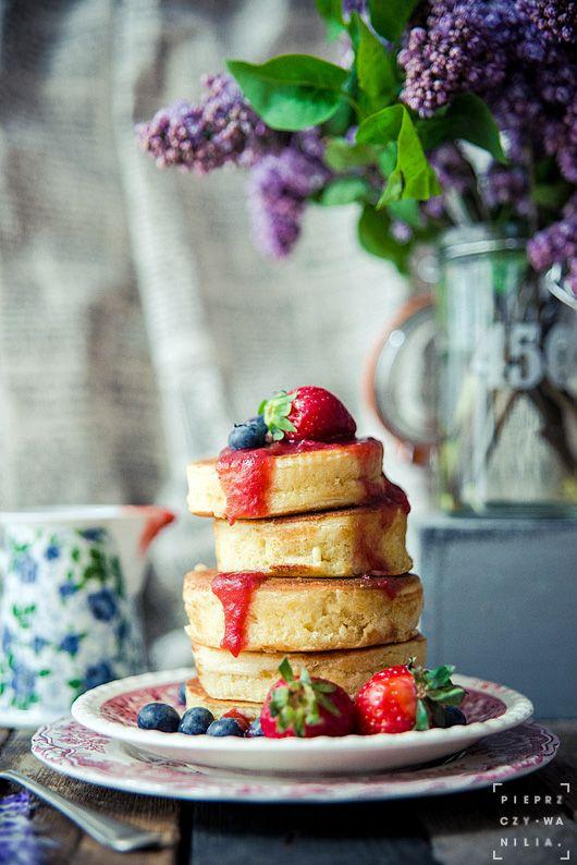 pieprz czy wanilia fotografia i kulinaria: Są truskawki – jest zabawa! :) Pancakes z sosem owocowym.