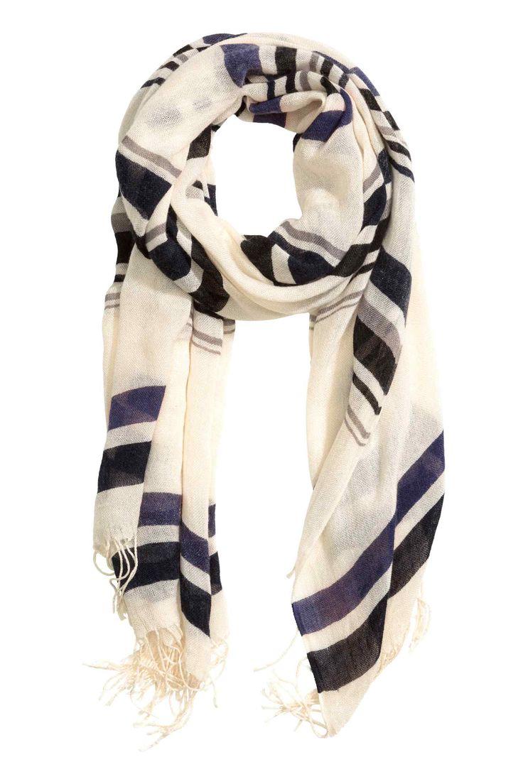 Tkaný šál: Šál zmäkkej voľnej tkaniny sceloplošnou potlačou astrapcami na kratších stranách. Rozmery 80x200cm.
