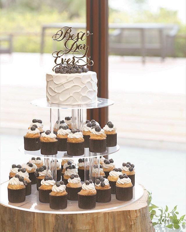 wedding cake カップケーキタワー✖️トッパー✖️塗り壁風✖️ブルーベリー やりたいを全部詰め込んだケーキ🍰 . #weddingcake #cupcakes #cupcaketower #bestdayever #カップケーキタワー #ケーキトッパー #ウェディングケーキ #カップケーキ