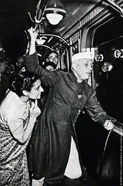 Джавахарлал Неру и его дочь Индира Ганди в московском метро, 1955 г.