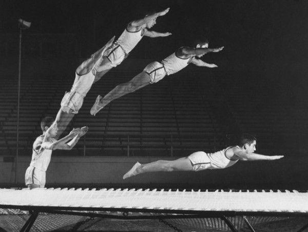 Полет гимнастов на батуте, 1960 год.
