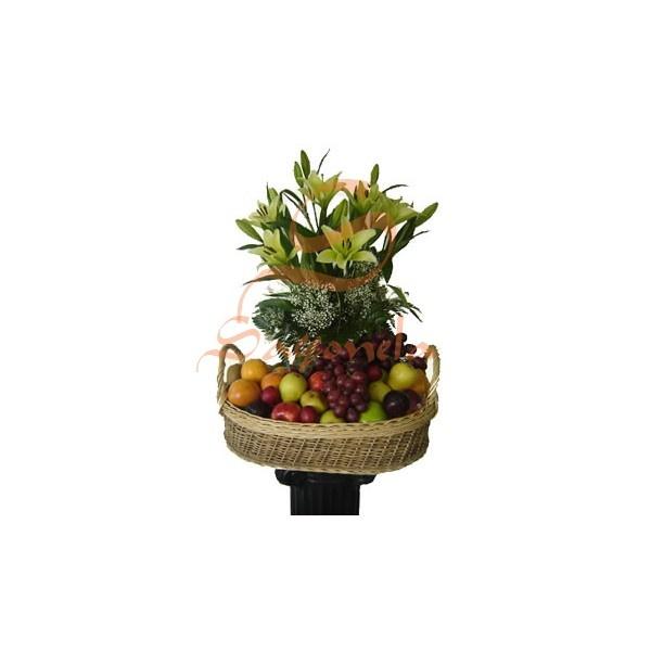 Arreglo compuesto por:        6 Varas de Lirios del Japón con 3 botones cada una      Helecho cuero y Yixofilia      Frutas Surtidas
