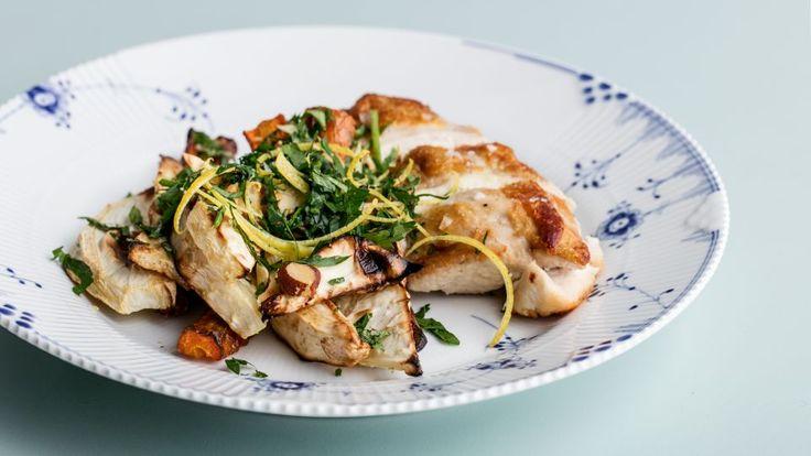 Kyllingebryster med bagte rødder og gremolata er en lækker dansk fedtfattig opskrift fra Go' start 2017, se flere kødretter på mad.tv2.dk
