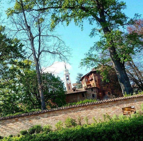Il Castello #Malabaila di #Canale circondato da un parco di alberi secolari!  📷 Ecomuseo delle Rocche del Roero 🍃