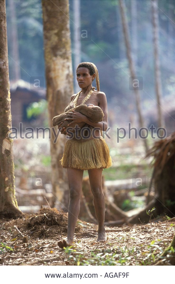 Image issue du site Web http://c8.alamy.com/comp/AGAF9F/woman-with-child-wrapped-in-a-string-bag-the-kombai-tribe-treehouse-AGAF9F.jpg
