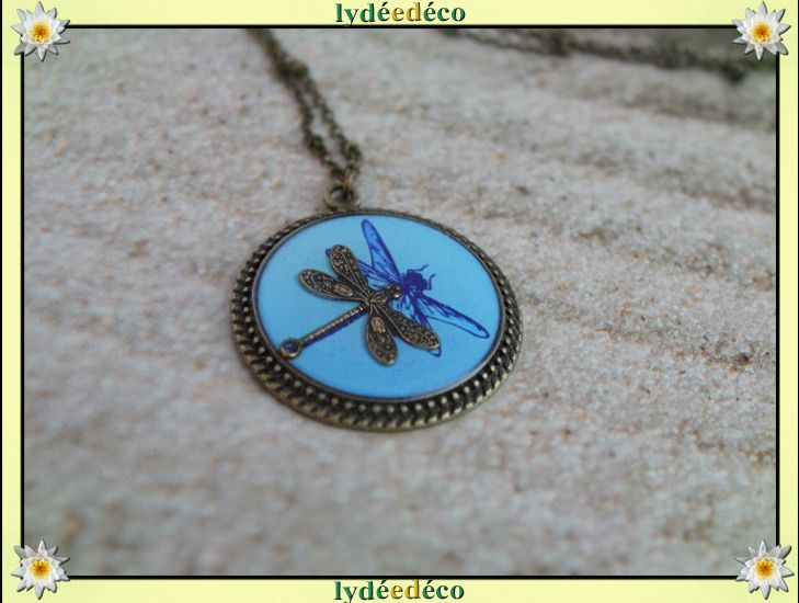 Collier medaillon retro bleu Libellule resine et laiton bronze 25mm : Collier par lydeedeco