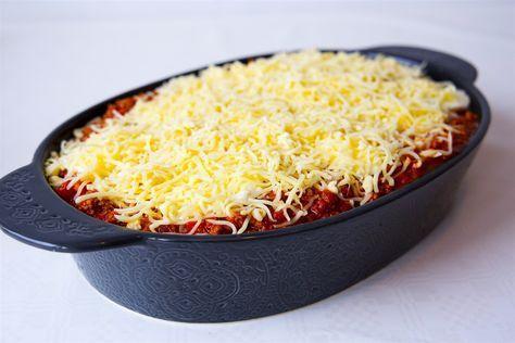 VÄRLDENS godaste pastagratäng som är en blandning mellan spaghetti och köttfärsås och lasagne. Denär extra krämig med extra mycket ost! Underbart god. 6 portioner 400 spaghetti 2 st mozzarella Köttfärssåsen: 400 g färs (kött eller veggofärs) 400 g krossad tomat 400 g passerad tomat 1 gul lök 4 vitlöksklyftor 2 tsk torkad oregano 2 tsk torkad basilika 2 tsk paprikapulver 1-2 tsk dijonsenap (kan uteslutas) 1 msk soja 1 msk balsamvinäger eller socker Salt & peppar Olja till stekning Cremefr...